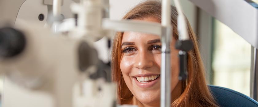 Augenlinsen Implantat: Patientin erlebt ihre visuelle Freiheit dank CARE Vision
