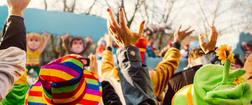 Künstliche Wimpern, farbige Kontaktlinsen und Faschingsschminke können die Augen an Karneval schädigen