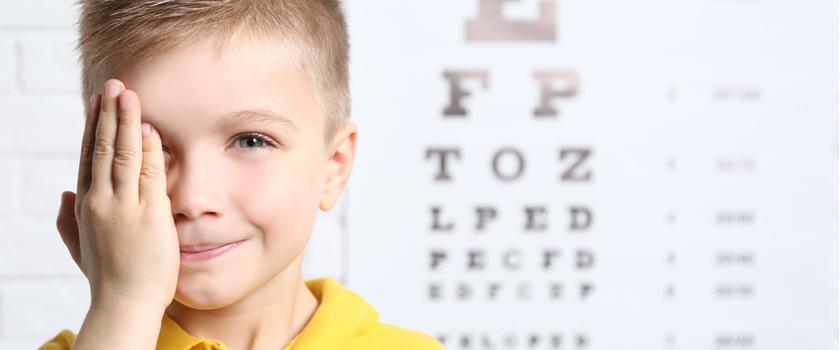 Was ist das Besondere an Weitsichtigkeit und Hornhautverkrümmung bei Kindern